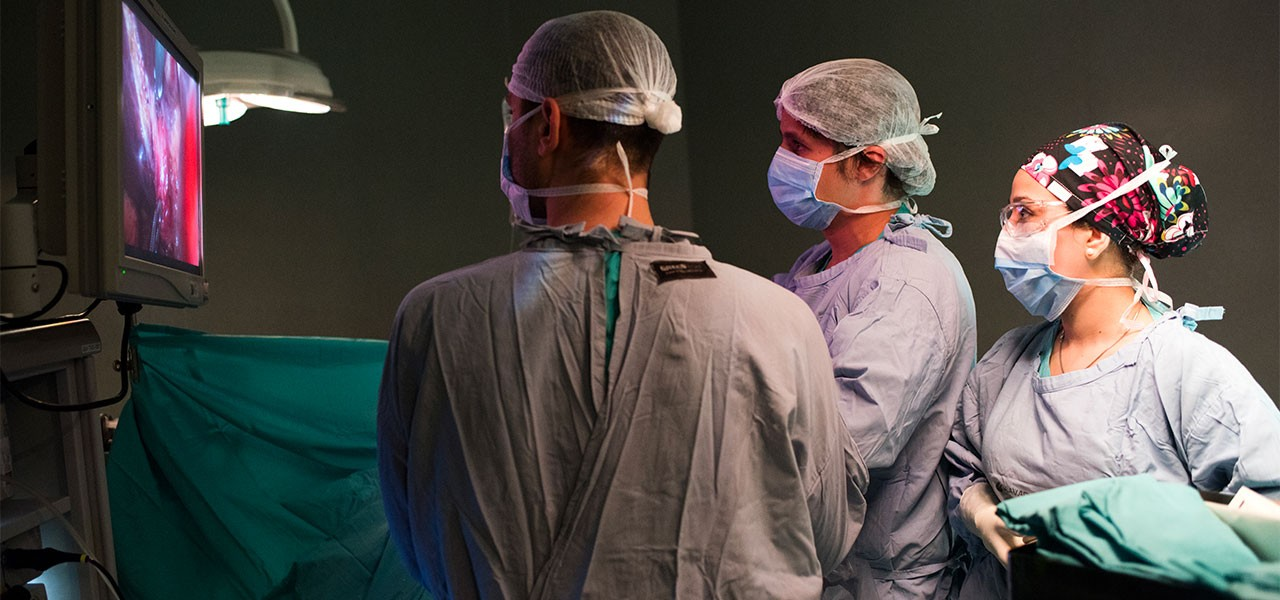 image-doctors-performing-surgery